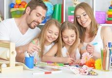 Lycklig familj som tillsammans målar Fotografering för Bildbyråer