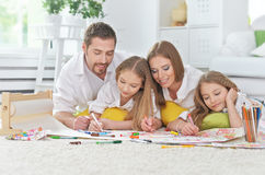 Lycklig familj som tillsammans målar Arkivbilder
