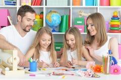 Lycklig familj som tillsammans målar Royaltyfri Fotografi