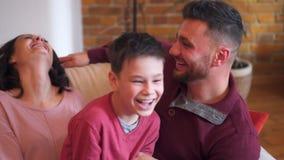 Lycklig familj som tillsammans spenderar tid hemma lager videofilmer