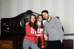 Lycklig familj som tillsammans står arkivbilder
