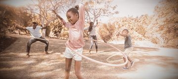 Lycklig familj som tillsammans tycker om fotografering för bildbyråer