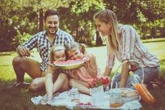 Lycklig familj som tillsammans tycker om i picknick Royaltyfria Foton
