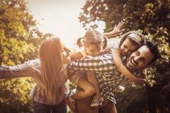 Lycklig familj som tillsammans tycker om i sommardag Royaltyfri Fotografi