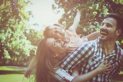 Lycklig familj som tillsammans tycker om i sommardag Familj i natur arkivfoton