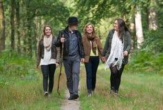 Lycklig familj som tycker om en promenad till och med träna Arkivfoton