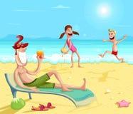 Lycklig familj som tycker om på stranden Arkivbild