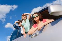 Lycklig familj som tycker om vägtur och sommarsemester arkivbild