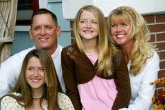 lycklig familj tillsammans Arkivfoto