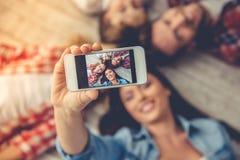 lycklig familj tillsammans arkivbilder