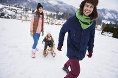 Lycklig familj under vintertid Fotografering för Bildbyråer