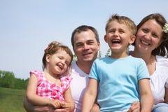 lycklig familj utomhus Royaltyfria Foton