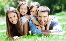 lycklig familj utomhus Arkivbild