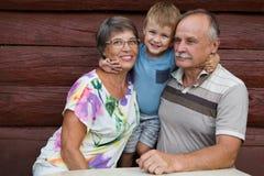 lycklig familj utomhus arkivfoton