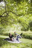 lycklig familj utomhus Arkivbilder