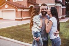 lycklig familj utomhus arkivfoto