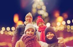 Lycklig familj utomhus på julhelgdagsaftonen Royaltyfria Bilder
