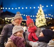 Lycklig familj utomhus på julhelgdagsaftonen Arkivfoton