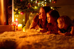 Lycklig familj vid en spis på jul arkivbilder
