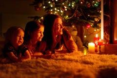 Lycklig familj vid en spis på jul royaltyfri foto
