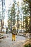Lycklig familjbesökYosemite nationalpark i Kalifornien arkivfoto