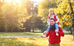Lycklig familjfader och barndotter som spelar och skrattar I arkivfoton