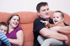 Lycklig familjgyckel hemma Arkivbild