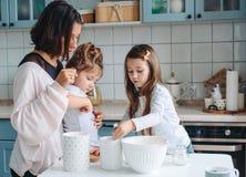 Lycklig familjkock tillsammans i köket Royaltyfri Bild