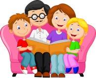 Lycklig familjläsning bokar Royaltyfri Foto