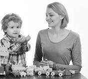Lycklig familjlek Kvinna- och pojkelek på vit bakgrund Mamma och unge Royaltyfria Foton