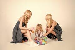 Lycklig familjlek med leksakbollar Fotografering för Bildbyråer