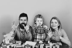Lycklig familjlek Ung kvinna och man med litet barnsonen som spelar med kvarter Royaltyfri Fotografi