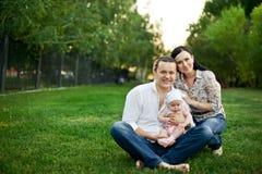 Lycklig familjmoder, fader, barndotter royaltyfri fotografi