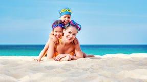 Lycklig familjmoder och barn i maskeringar på stranden i sommar royaltyfria foton