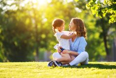 Lycklig familjmoder och barndotter i natur i sommar arkivbilder