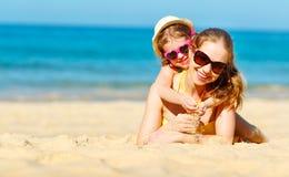 Lycklig familjmoder och barndotter på stranden i sommar Arkivfoton
