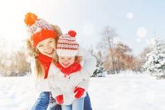 Lycklig familjmoder och barndotter som har gyckel som spelar på wi arkivfoto