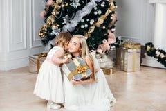 Lycklig familjmoder och dotter på det nya året med Royaltyfri Fotografi