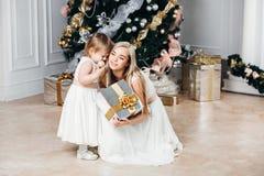 Lycklig familjmoder och dotter på det nya året med Royaltyfri Bild