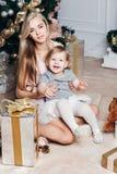 Lycklig familjmoder och dotter på det nya året med Royaltyfria Bilder