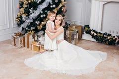 Lycklig familjmoder och dotter på det nya året med Arkivbilder