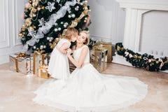 Lycklig familjmoder och dotter på det nya året med Arkivfoto