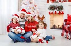Lycklig familjmoderfader och barn på julmorgon royaltyfri foto