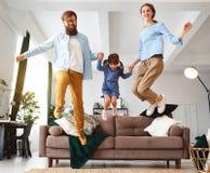 Lycklig familjmoderfader och barndotter hemma på soffan royaltyfri foto
