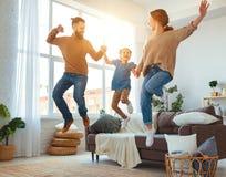 Lycklig familjmoderfader och barndotter som hemma dansar arkivbilder
