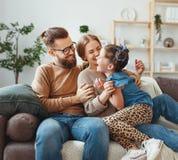 Lycklig familjmoderfader och barndotter som hemma skrattar fotografering för bildbyråer