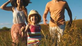 Lycklig familjspring på fältet stock video