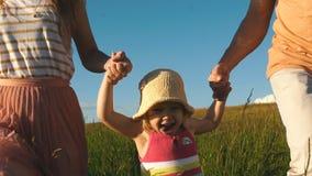Lycklig familjspring på fältet arkivfilmer