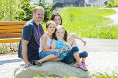 Lycklig familjstående Royaltyfri Foto