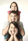 Lycklig familjstående arkivbild